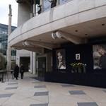 Virágokkal emlékeznek Törőcsik Marira a Nemzeti Színháznál