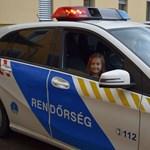 Szirénázó autóba ülhetett a rendőrrajongó 6 éves kislány