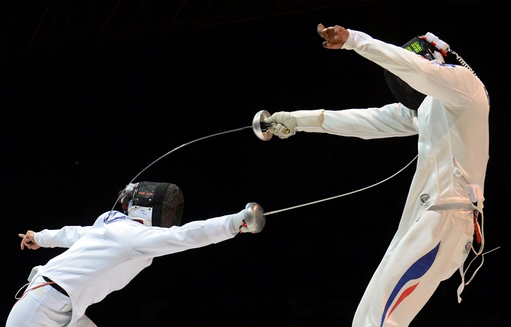 afp. az év sportfotói 2014. Kazan, Oroszország, 2014.07.20. Ulrich Robeiri of France (R) competes against Kyoungdoo Park of South Korea during the men's epee final match at the 2014 World Fencing Championships in Kazan, on July 20, 2014. Robeiri won the m