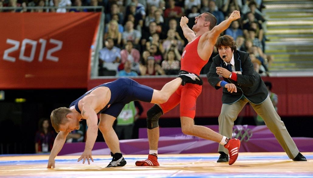 A magyar Módos Péter (priosban) ünnepel, miután nyert a dán Haakan Erik Nyblom ellen és ezzel bronzérmes lett a férfi kötöttfogású birkózók 55 kg-os kategóriájában