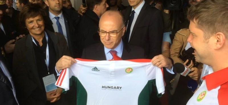 Magyar válogatott pólóval pózolt a francia belügyminiszter – fotó
