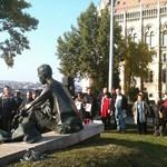 Élőlánc József Attila Kossuth téri szobra körül -  fotó