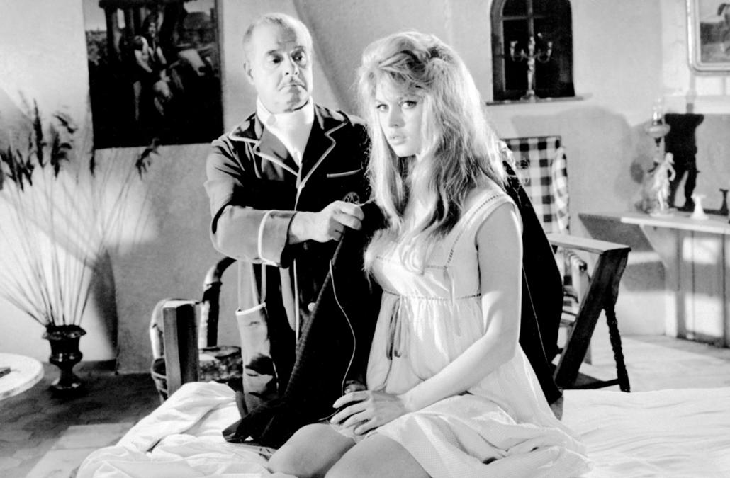 afp.1957. - Párizs, Franciaország: André Luguettel a ''La Parisienne / Egy párizsi lány'' című film forgatásán - Brigitte Bardot nagyítás