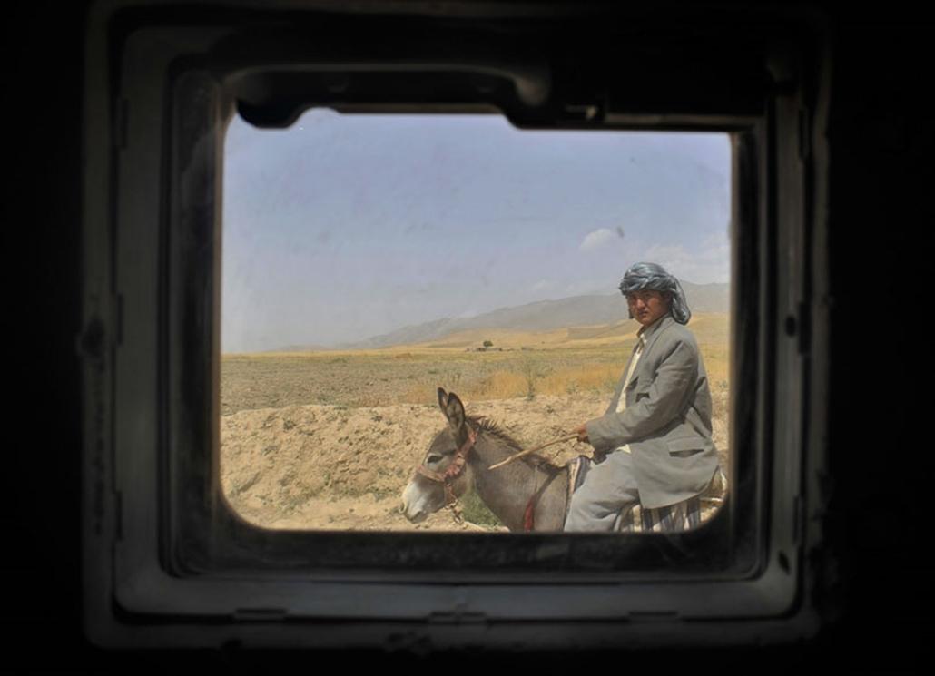 Társadalomábrázolás - dokumentarista fotográfia (sorozat) III. díj: Szandelszky Béla (Associated Press): Ki fél kitől? Az afgán civilek életének egy-egy mozzanata golyóálló üvegen keresztül, ahogyan a NATO katonák látják őket. Az üveg ugyan csak 10 cm vastag, a távolság közöttük mégis óriási.
