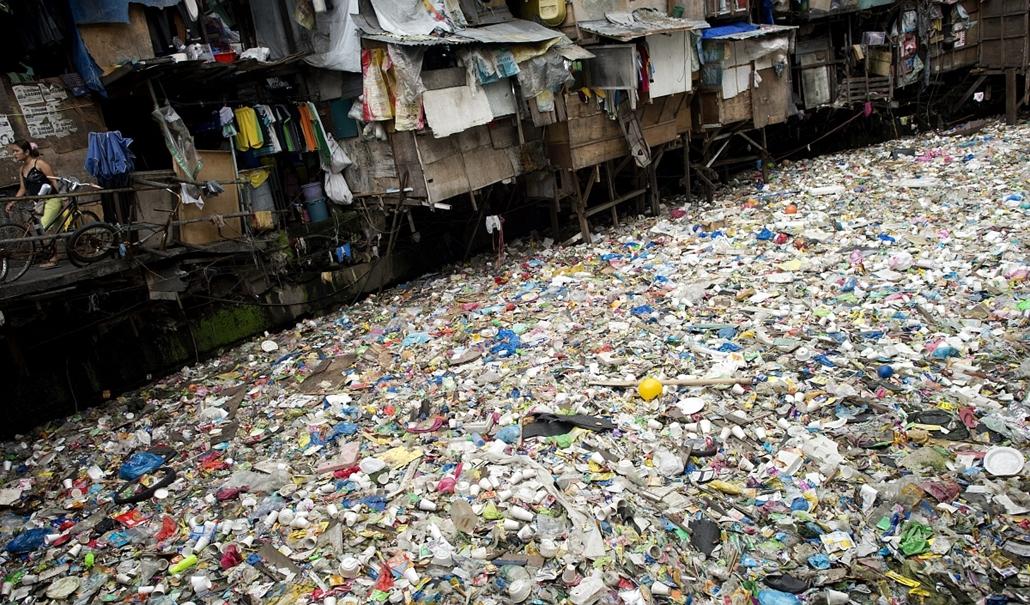 afp.15.01.27. - Manila, Fülöp-szigetek: nő a szeméttel teli folyó mellett - 7képei