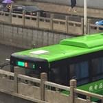 Képtelenség, de ez a busz tényleg megfordult – videó