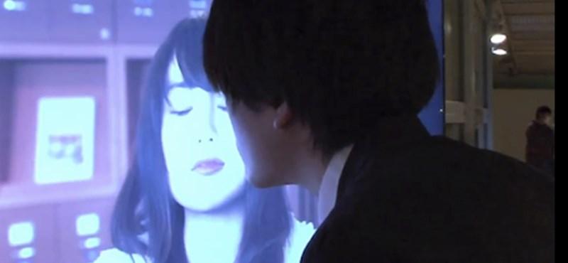 Japán digitális poszter: csókolózzunk hírességekkel [videó]