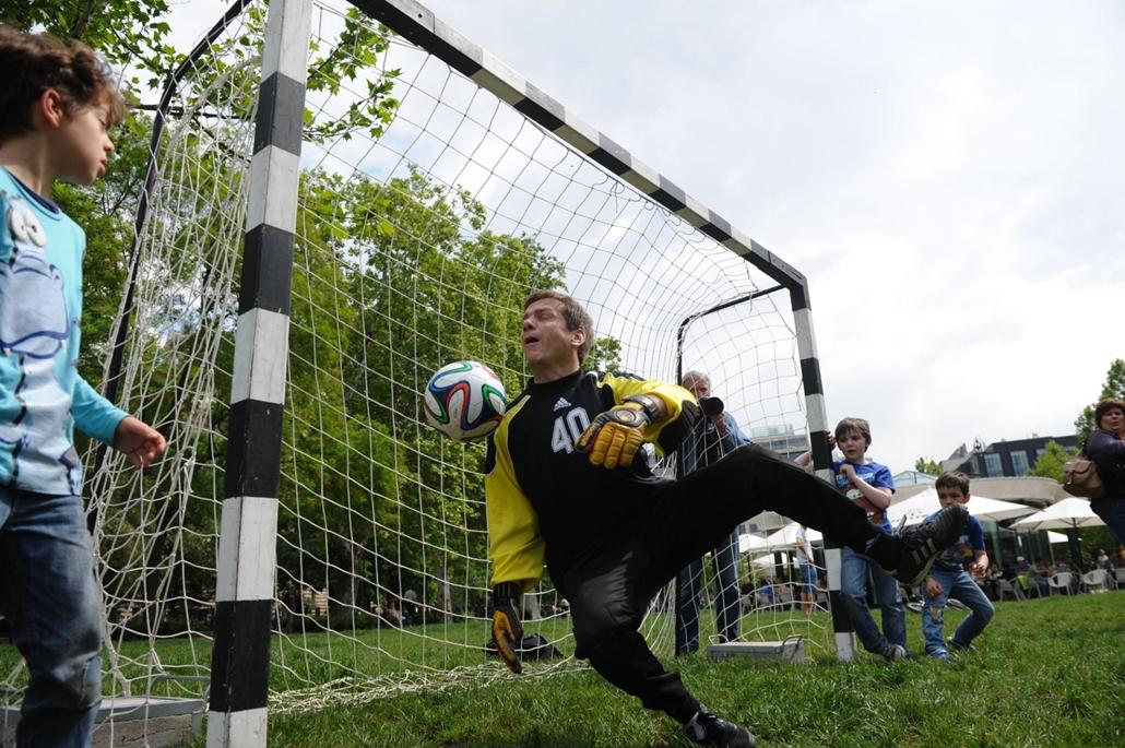 tg. 2014. május 1. Bajnai Gordon focizik - Együtt PM