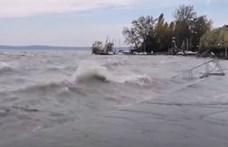 Videón, ahogy megbillenti a Balaton vizét a viharos szél