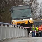 Ritkán látni ilyen balesetet: hídkorlátra rohant fel egy busz – fotó