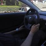 Egy Tesla balesete miatt regulázhatják meg a modern műszerfalakat