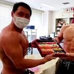 Testépítők hordják ki az ételt egy japán étteremnél, hirtelen megugrott a forgalom