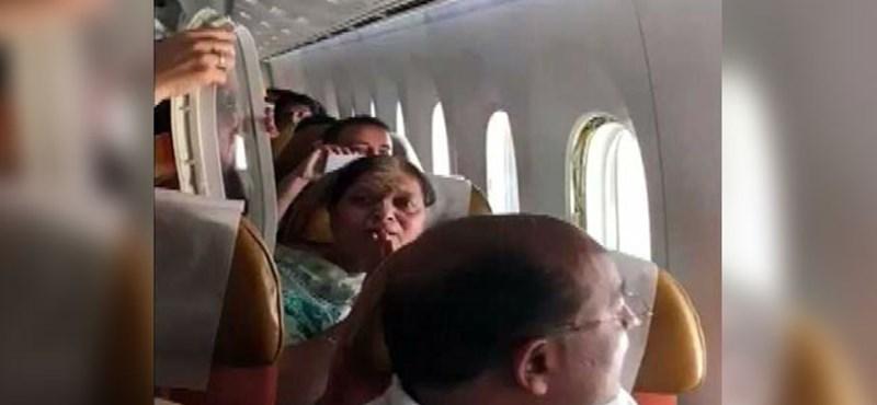 Akkora turbulencia volt a levegőben, hogy kiszakadt a repülőgépen az egyik ablakpanel – videó