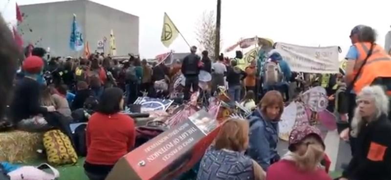 Magyarok is vannak a londoni Waterloo híd klímatiltakozó lezárásánál – videó