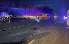 Egy halott, 17 sérült egy buszbalesetben Gödöllőnél