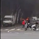 Videó: Hangos durranással égett le egy kisteherautó a Dózsa György útnál