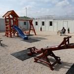 A röszkei trantzitban 77 gyerek van, köztük egy agytumoros kislány