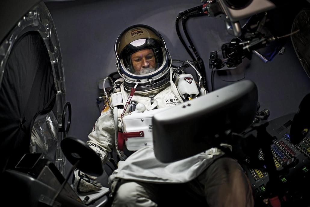 Szabadesési rekordkísérlet az Egyesült Államokban - A Red Bull Stratos, Felix Baumgartner osztrák extrém ejtőernyős, új-mexikói Roswell közelében húzódó sivatagban 2012. október 14-én. Baumgartner csaknem 39 km-es magasságban ugrott ki űrkabinjából, és az
