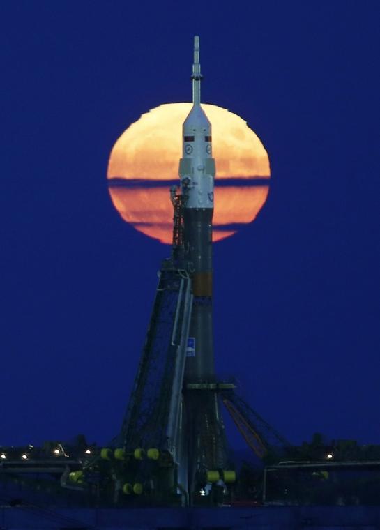 ep.16.11.14. - Bajkonur, Kazahsztán: A kilövőállásra helyezett Szojuz MS-03 orosz űrhajó a szuperholddal a kazahsztáni Bajkonur orosz űrközpontban. - szuperhold