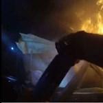 A rendőrök testkamerái vették, ahogy lángoló autóból mentenek embert