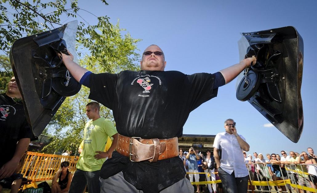Majoros Árpád, az edelényi kapitányság rendőre az 5-5 kg-os súlyokkal nehezített rendőrségi pajzsok oldaltartása versenyszámban a Magyarország legerősebb rendőre versenyen Hajdúszoboszlón. Árpád a versenyben az első helyen végzett. - Hét képei - nagyítás