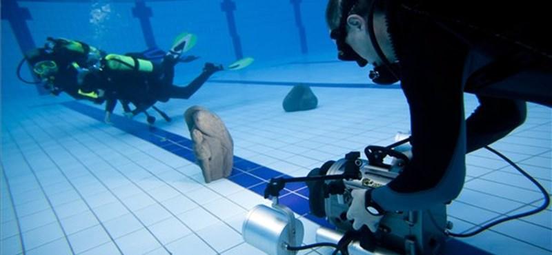 Fotó: víz alatti szoborkiállítás a szentendrei uszodában