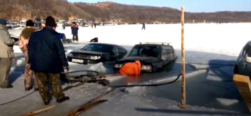 Húsz autó alatt szakadt be a jég egy orosz öbölben – videó