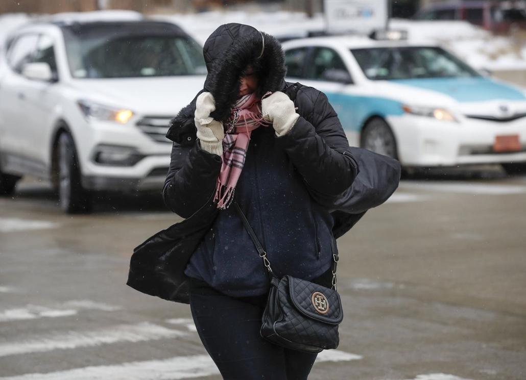 20190130003 mti.19.01.30. A rendkívüli hideg ellen védekező járókelő Chicagóban 2019. január 29-én. Az Egyesült Államok északi és középnyugati államaiba sarkvidéki hideghullám tört be, a levegő hőmérséklete helyenként a mínusz 40 Celsius-fokig süllyedt.