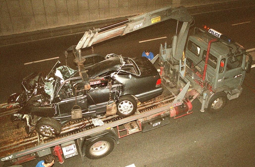 afp.97.08.31. - Párizs, Franciaország: A Diana hercegnőt szállító Mercedes roncsa a baleset után.