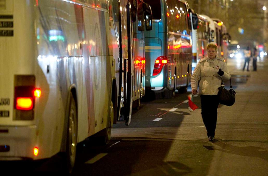Buszok a Bajcsy-Zsiliszky úton - Békemenet a kormány mellet