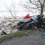Fotók: Elaludt a sofőr a 13-as főúton, csoda, hogy túlélték a balesetet