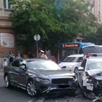 Baleset történt a Szilágyi Erzsébet fasoron, totálkárosra tört egy rendőrautó