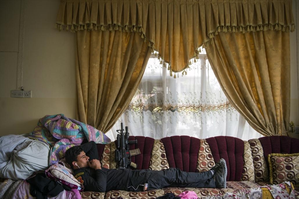 afp.16.11.16. Egy katona pihen egy családi házban, miközben zajlik Moszul visszafoglalása az iszlám államtól.