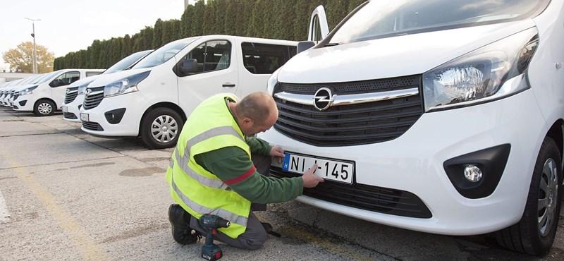Több mint 300 autó adásvételi parpírjával trükköztek csalók