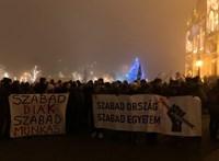 A Margit hídról a Lánchídra mennek át a tüntetők