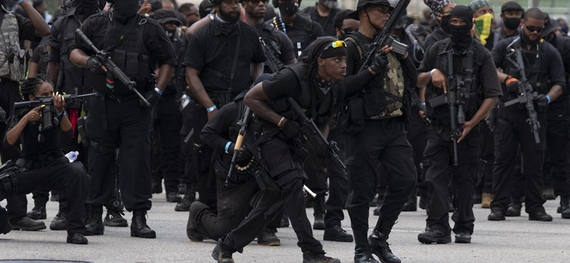 Állig felfegyverkezve vonultak fekete tüntetők Kentuckyban