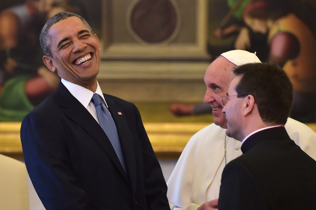 afp. Barack Obama, Ferenc pápa 2014.03.27. CITE DU VATICAN, Vatican City : Pope Francis (C) speaks with US President Barack Obama during a private audience on March 27, 2014 at the Vatican. The meeting at the Vatican comes as a welcome rest-stop for Obama