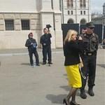 Kifütyülték a tüntetők a Parlamentből távozó Schmidt Máriát – videó