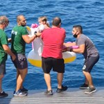 Komppal mentették ki a tengerből az unikornison sodródó kislányt