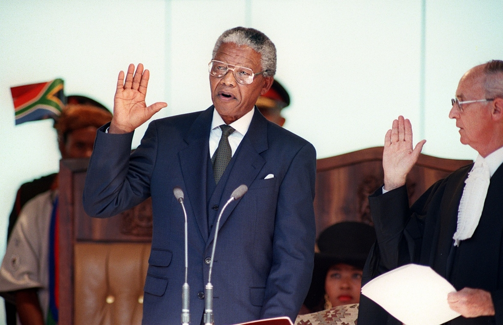 Nelson Mandela nagyítás - SOUTH AFRICA, Pretoria : South African President Nelson Mandela takes the oath 10 May 1994 during his inauguration at the Union Building in Pretoria. Mandela was elected president at the first session of the country's post-aparth