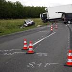 Fotók: Szörnyethalt a 31 éves férfi Sárvárnál, ennyi maradt az autójából