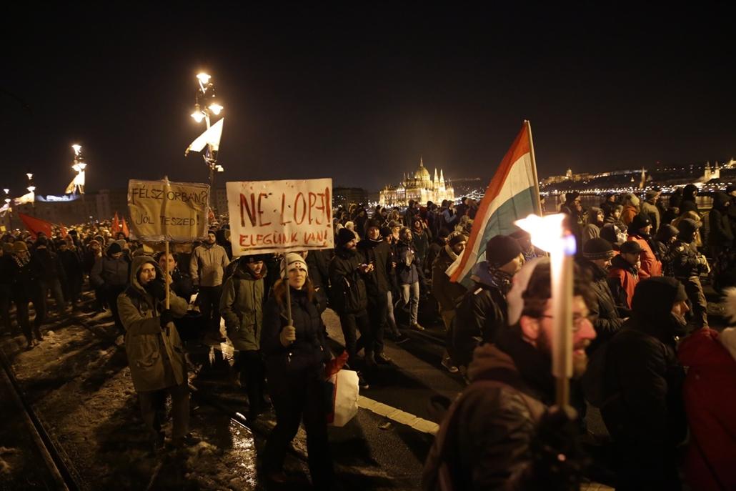 20181216014 e_! 18.12.16. tüntetés a rabszolgatörvény és a különbíróságok ellen