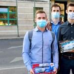 A DK ifjúsági szervezete játékhajót és helikoptert vitt Szijjártó Péternek
