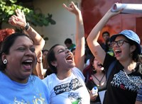 Szabadon engedték a salvadori nőt, akit teherbe ejtett a megerőszakolója