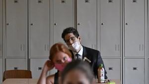 Ilyen még nem volt: maszkban érettségiző diákok, fotók az első vizsgáról