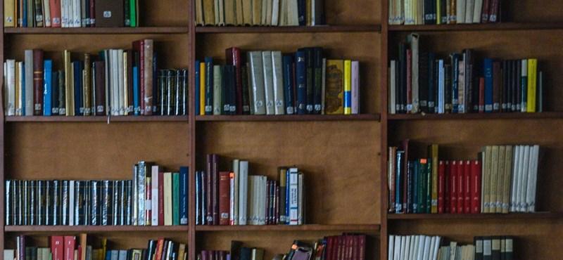 120 év után vittek vissza egy mikroszkópról szóló könyvet az iskolai könyvtárba