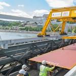 Már az új pályaszerkezetet építik be a Lánchídon