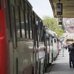 Távolsági buszon randalírozott a félmeztelen férfi és élettársa - itt a vádemelés