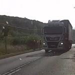 Videó: bicikliseket előző kamion okozott meleg helyzetet a 10-es úton