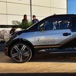 Luxus miniben: már a pici BMW i3-ban is utazhatunk feltett lábakkal